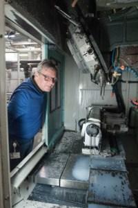 Klingel-Mitarbeiter Roland Mitschele wirft einen kritischen Blick in die Maschine: Das Bohrergebnis stimme, Späne haben nicht für Unrundheiten an den Werkzeugen gesorgt
