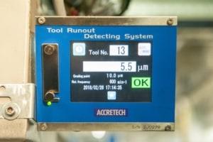 An dem, an der Fräsmaschine angebrachten, ATC Kontrollsystem werden die Rundlaufabweichnungen der Werkzeuge angezeigt. Bei Überschreitung der eingestellten Toleranz wird der Bearbeitungsprozess unterbrochen.