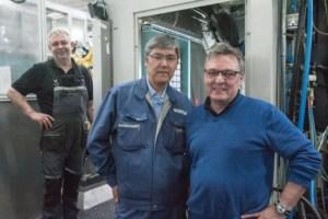 Roland Mitschele (rechts) und ACCRETECH-Techniker Shinji Sato: Klingel ist mit dem Service des Messtechnikherstellers sehr zufrieden, Hilfe kommt meist innerhalb von ein bis zwei Tagen
