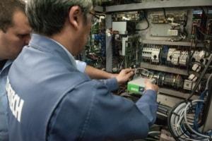 Service-Techniker von ACCRETECH integrieren die ATC-Steuerung bei Klingel in die Steuerung der Brother Fräsmaschine