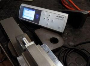 Mit dem Rauheitsmessgerät Handysurf+ wird die Schnittqualität gemessen. © Elettro C.F.